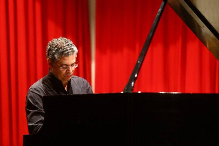 Leonel Morales al piano