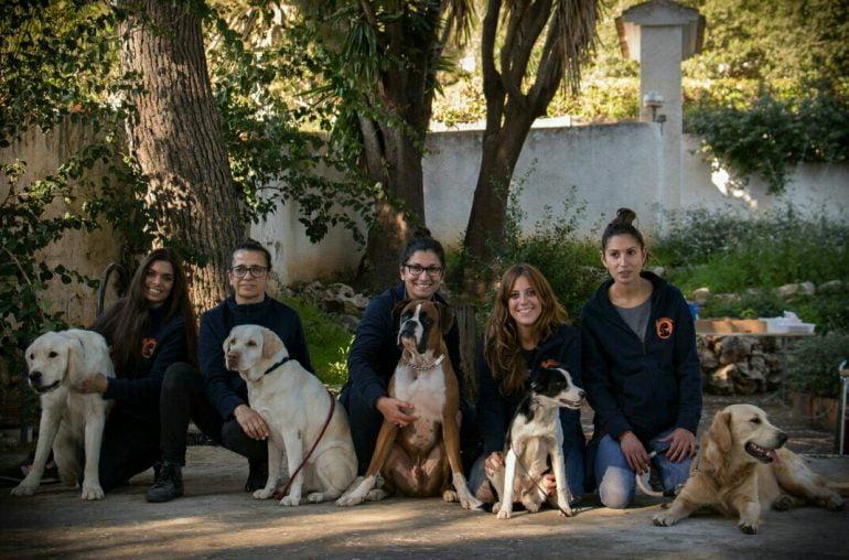 Miembros de ASISCAN con sus canes