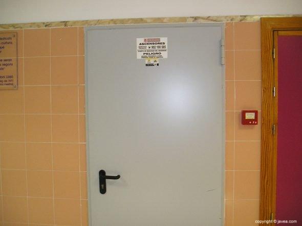 Puerta por donde entraron los cacos al IES Antoni Llidó