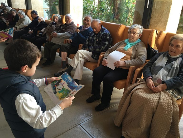 Escolar leyento para los mayores
