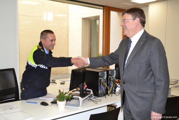 Puig saludando a un Policía Local