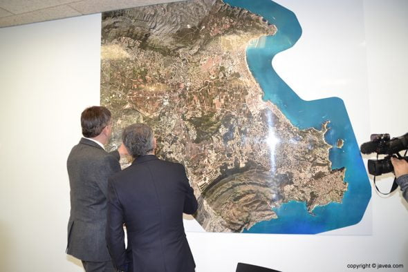 Puig y Chulvi mirando el mural del término municipal de Xàbia