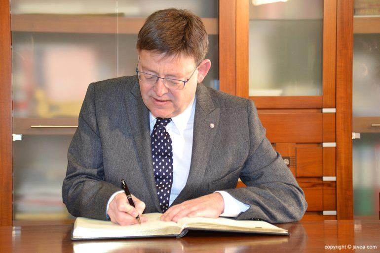 Ximo Puig firmando el libro de honor