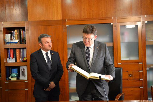 Ximo Puig leyendo lo escrito