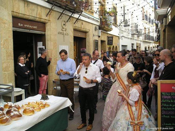 Alcalde y reinas degustando monas de pascua