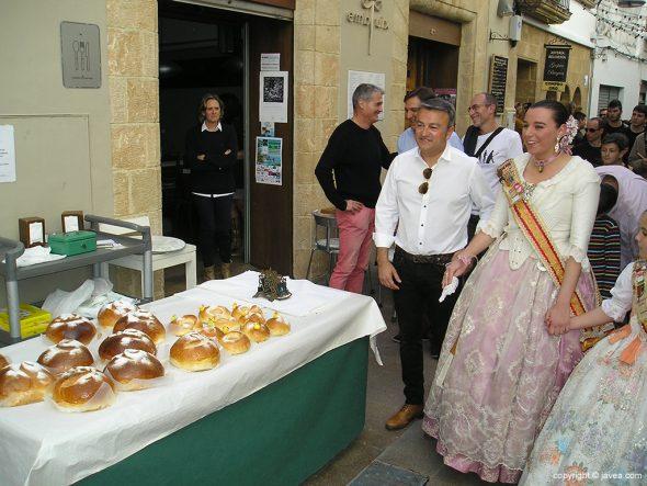 Alcalde y reinas visitando los stands