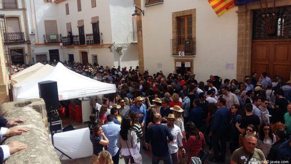 Domingo Pascua - Plaza Iglesia con mucha gente
