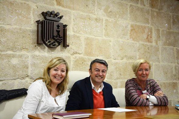 Kika Mata, José Chulvi y Doris Courcelles en una rueda de prensa