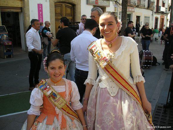 Las reinas de Fogueres en la Fira d'Artesanía