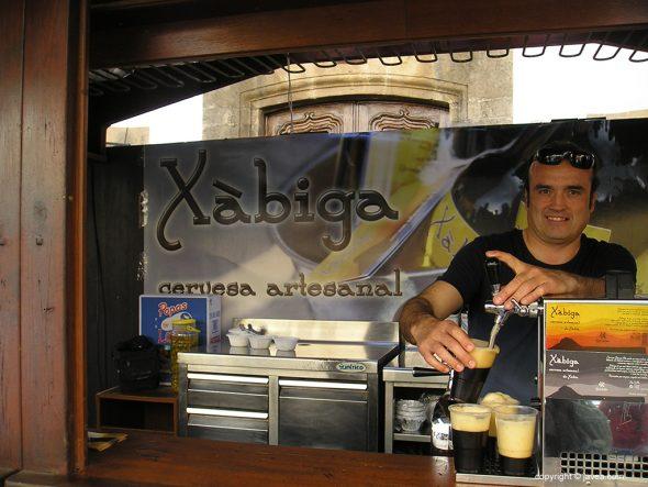 Puesto de cerveza artesanal en la Fira