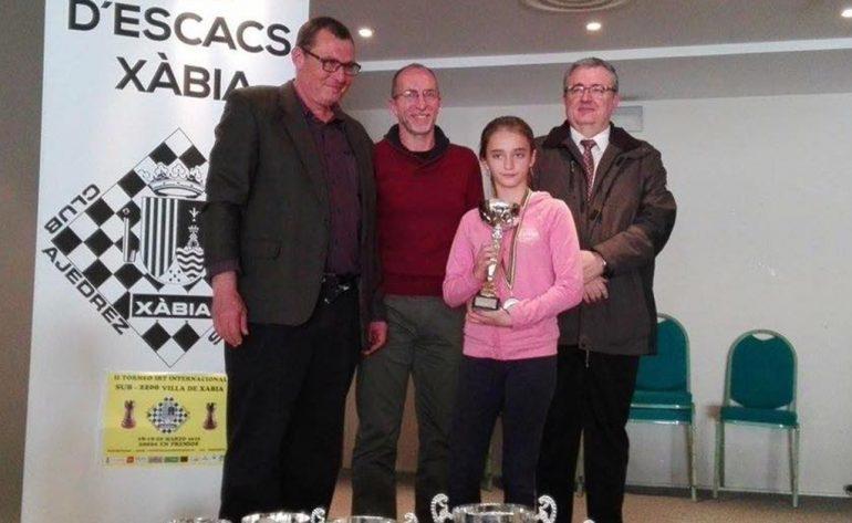 Rebeca Jiménez con su trofeo