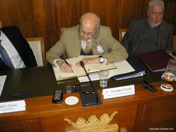 Santiago Grisolía firmando en el libro de honor de Xàbia