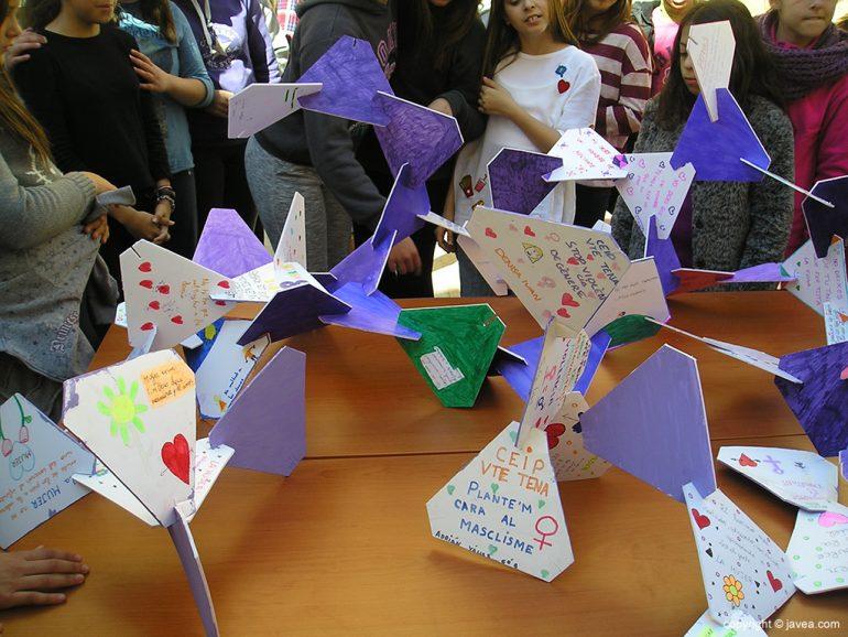 Siluetas realizadas por los escolares para el Dia de la Dona