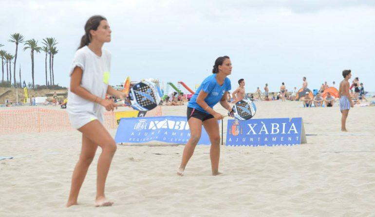 Tenistas jugando en la playa del Arenal