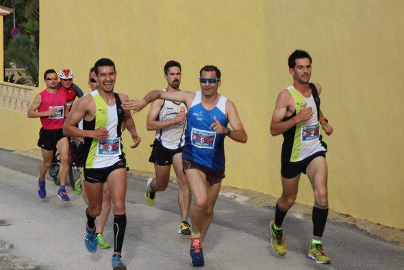 Atletas del CA Llebeig Xàbia en cabeza de la carrera