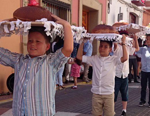 Desfile panes bendecidos en El Poble Nou de Benitatxell