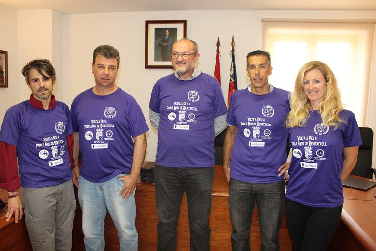 Femenía junto a Vallés, Colomer, Zaragozí y Roselló luciendo las camisetas