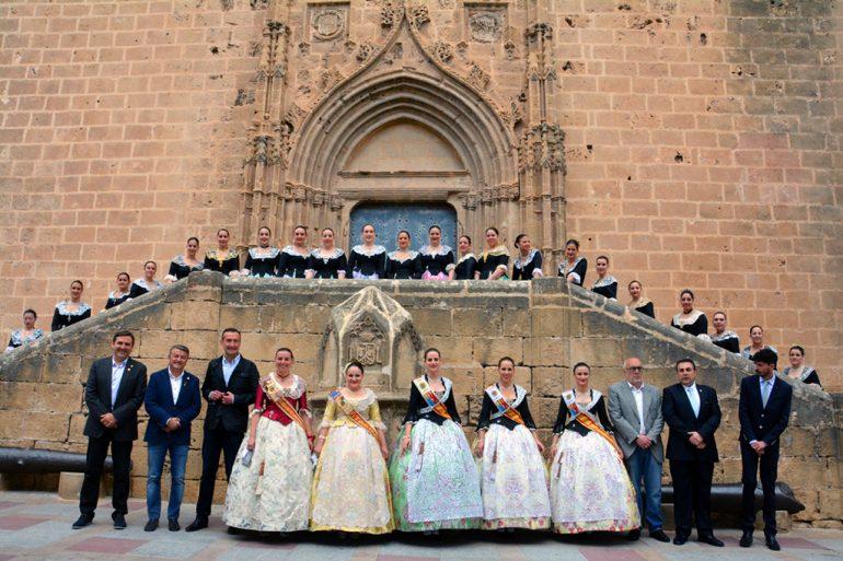 Festeras de Elche y Xabia en la plaza de la Iglesia