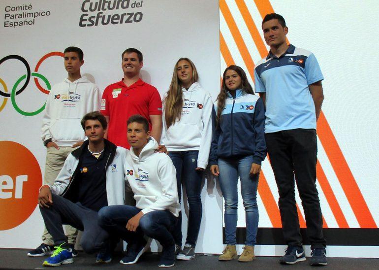 Julia Miñana, Rafael Andarias, los hermanos Luján con otros regatistas