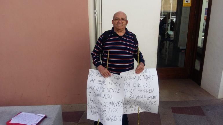 Manuel l Mir recogiendo firmas frente al Bco. Sabadell
