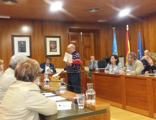 Manuel Mir entregando documentación al alcalde