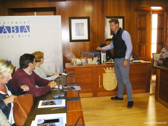 Óscar Antón votando