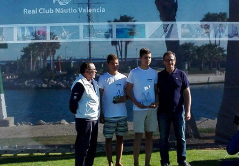 Pablo y Enrique Luján en el podio