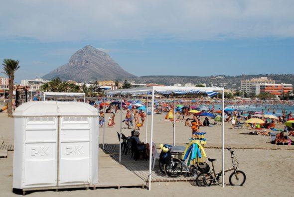 Puesto adaptado en la playa del Arenal