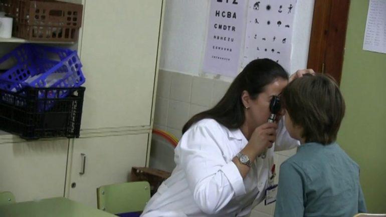 Revisión ocular a un niño
