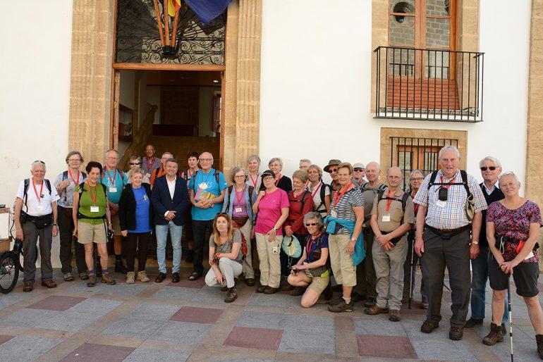 Turistas belgas con el alcalde de Xábia