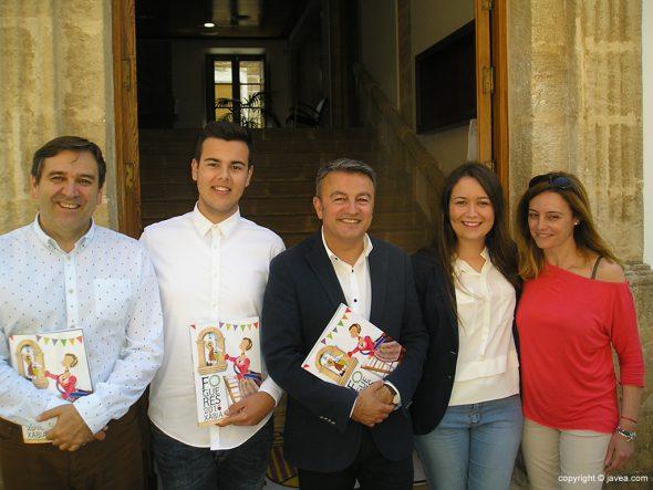 El alcalde junto al edil de fiestas con los presidentes de Fogueres