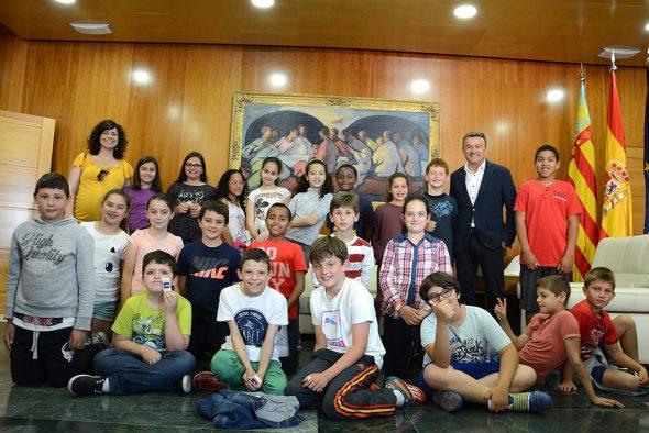 Alumnos del colegio Vicente Tena con el alcalde