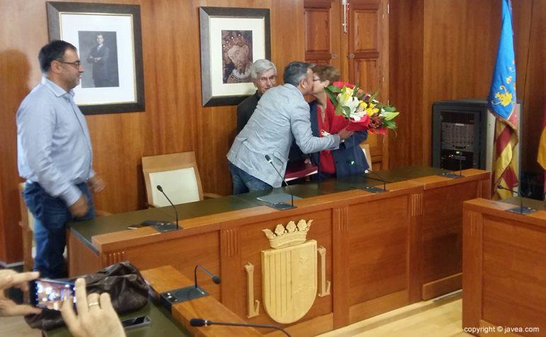 Chulvi entregando el ramo a Mari Carmen Sendra