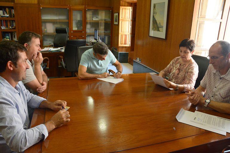 Chulvi y Colomer firmando el convenio con el CD Jávea