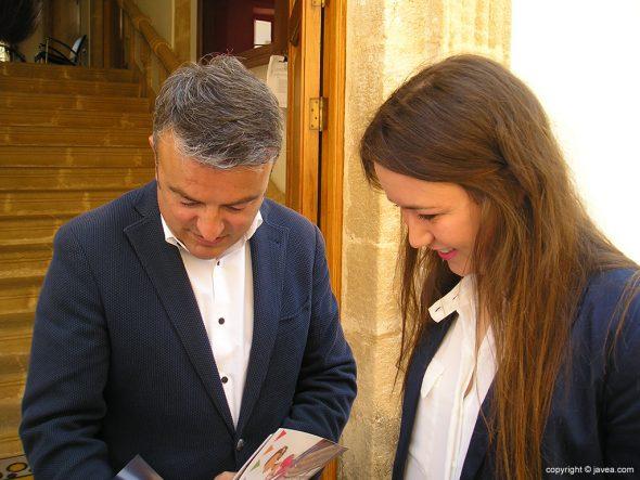 José Chulvi con María Piles ojeando el libro de Fogueres
