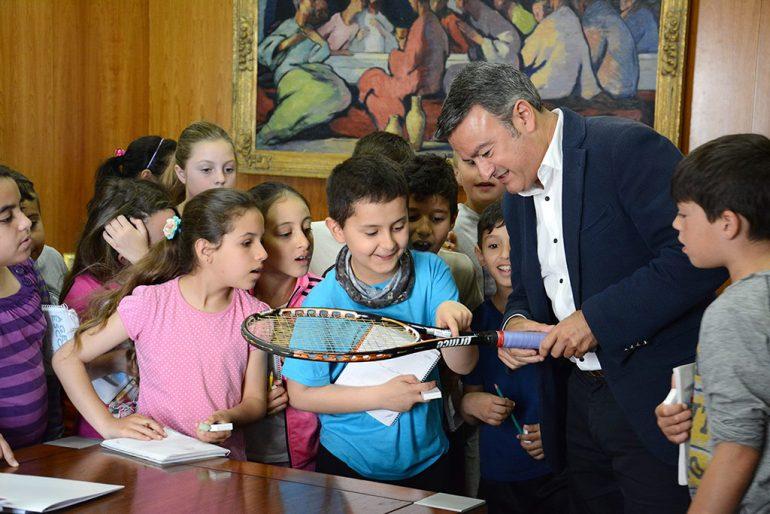 El alcalde mostrando la raqueta de David Ferrer