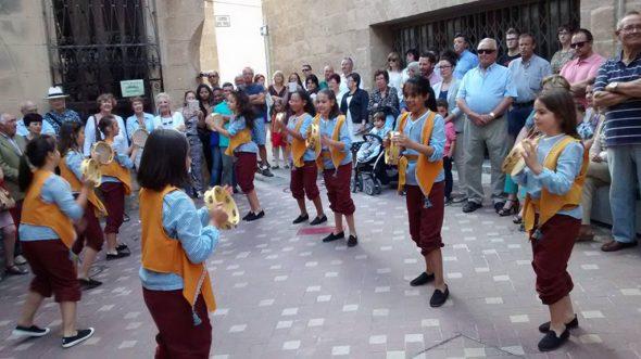 Escolares bailando la Dansà de la Pandereta