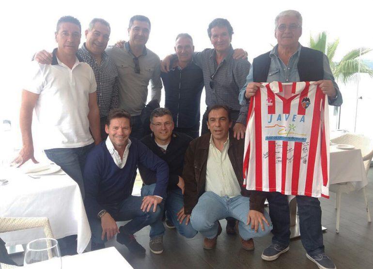 Expresidente del CD Jávea con sus exjugadores y entrenador