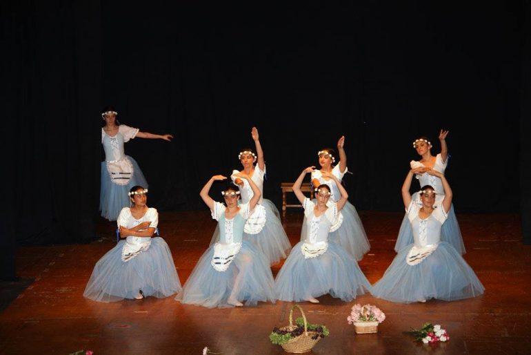 Grupo de danza en el escenario