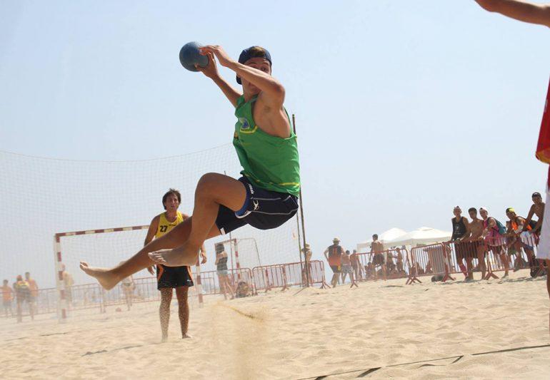 Lanzamiento en un partido de balonmano Playa