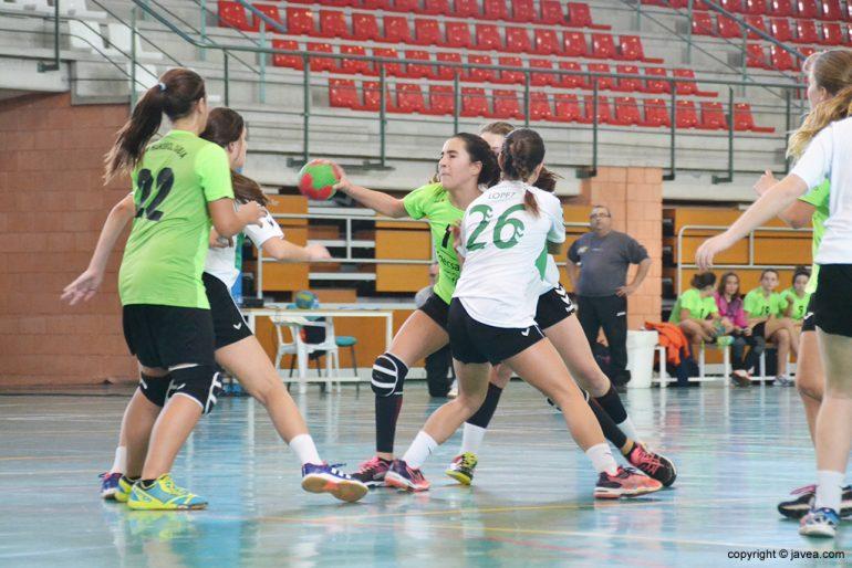 Maria Cardona entrando en la defensa rival