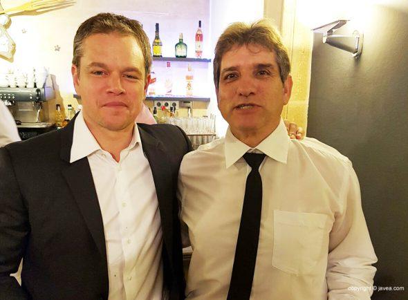 Matt Damon junto a un camarero del Carrasco