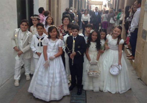 Niñas y niños de comunión en la calle