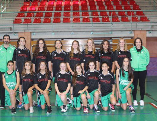 Óscar Mayordomo con su equipo infantil femenino