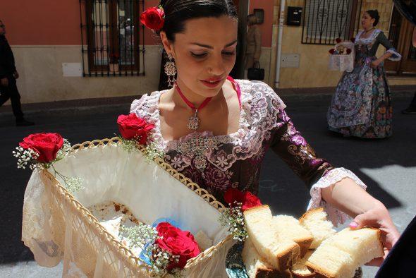Reparto de pan bendecido en El Poble Nou de Benitatxell