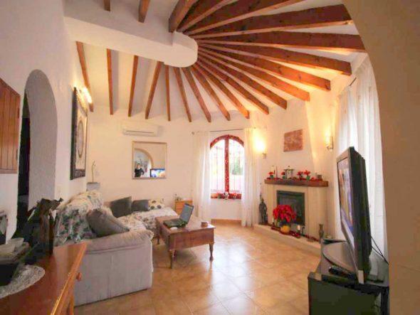 Salon con chimenea Atina Inmobiliaria