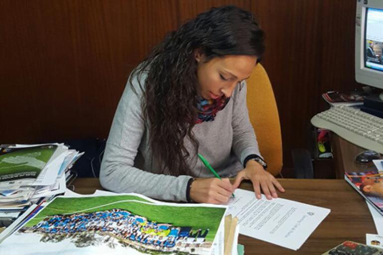 Sandra Castelló firmando su renovación