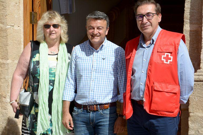 Sandy Tsalikidis, y del presidente local de Cruz Roja, José Luis Doménech junto al alcalde