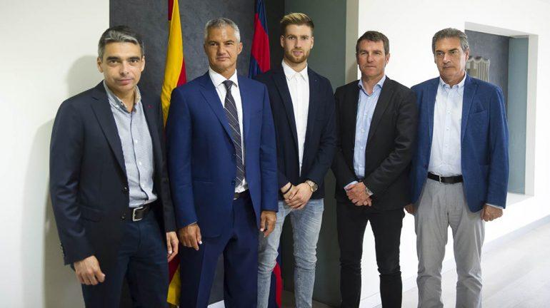 Adrián Ortolá con dirigentes del FC Barcelona