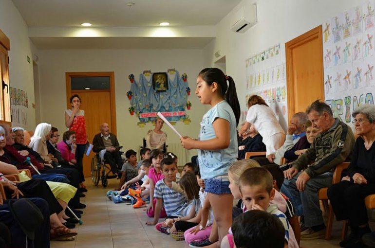 Alumna leyendo para los mayores del Centro de Día